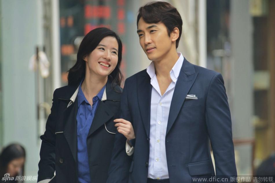 Song Seung Hun và Lưu Diệc Phi tình tứ hôn nhau trên phố