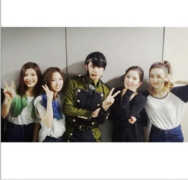 """Heechul khoe hình """"đọ sắc"""" cùng đàn em Red Velvet"""