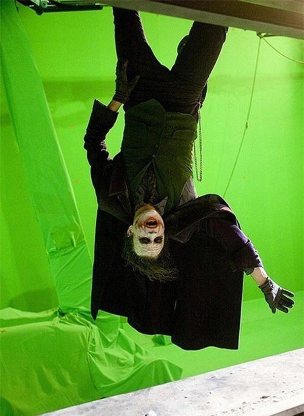 Heath Ledger luyện tập cảnh quay cuối của bộ phim The Dark Knight, khi đó nhân vật của anh bị treo ngược trước tòa nhà cao tầng. Việc luyện tập và quay hình trước phông xanh thế này hoàn toàn khác với những gì chúng ta thấy trên màn hình. Sau đó, khi tháo bỏ lớp mặt nạ, ta thấy Joker không còn vẻ đáng sợ nữa.