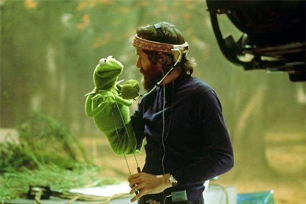 Jim Henson và chú rối Kermit nhìn sâu vào mắt nhau đắm đuối để chuẩn bị cho cảnh quay trong phim The Muppet Movie.