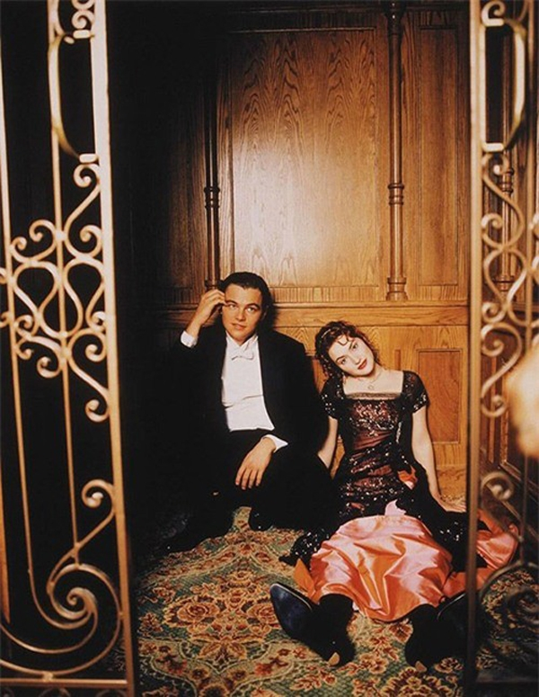 Đôi bạn thân thiết trong bộ phim bi kịch Titanic trông mệt mỏi nhưng vô cùng thư giãn khi nghỉ ngơi chờ đến cảnh quay tiếp theo.