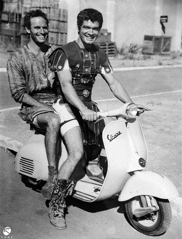 Các dũng sĩ trong phim Ben Hur vẫn giữ phong độ chiến binh La Mã trên chiếc Vespa.