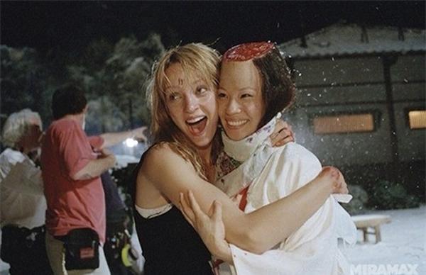 2 nữ sát thủ do Uma Thurman và Lucy Liu thể hiện trong phim Kill Bill ngoài đời lại thân thiết với nhau như thế này đây. Qua bức ảnh này cũng có thể thấy cách tổ hóa trang biến hóa phần đầu của Lucy Liu để trông giống như bị chém phạt ngang đầu.