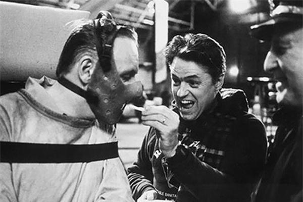 Chiếc mặt nạ của Hannibal Lecter trong Silence of the Lambs trông thật đáng sợ nhưng không ngăn cản anh ăn vài món vặt ở lúc nghỉ giữa các cảnh quay