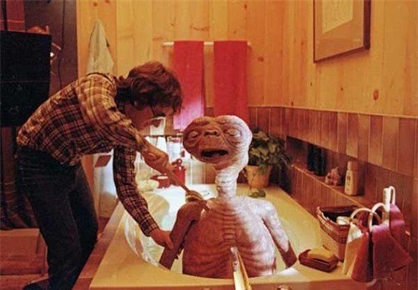 Đích thân đạo diễn Steven Spielberg tắm táp cho các nhân vật người ngoài hành tinh của phim ngay trên set quay.