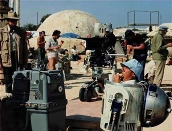 Đoàn làm phim Star Wars luôn ăn nhẹ bằng bánh xăng-uých, bao gồm cả các bạn R2D2!
