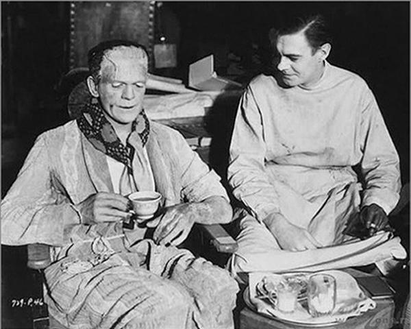 Ở phiên bản Frankenstein cũ, quái vật Frankenstein cũng cần giờ nghỉ để uống trà và ăn nhẹ.