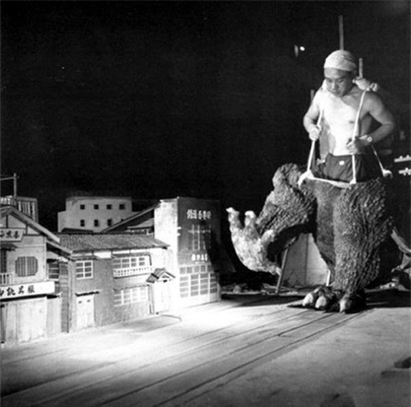 Đôi khi, chỉ cần phần chân Godzilla là tàn phá được cả một khu phố Nhật thu nhỏ.