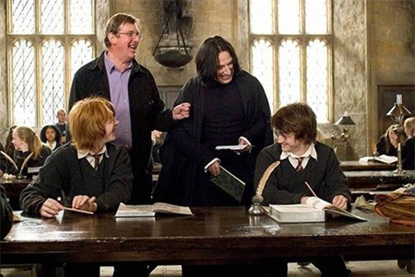 Phút hậu trường của Harry Potter and the Goblet of Fire – Harry Potter và chiếc cốc lửa cho thấy thầy Snape thực ra rất hòa hợp với Harry. Voldemort và cụ Dumbledore cũng thân mật không kém