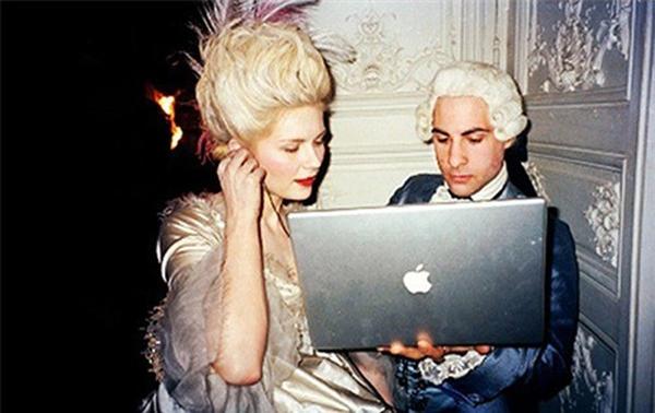 Trong hậu trường phim Marie Antoinette, hai diễn viên Kirsten Dunst và Jason Schwartzman sử dụng các thiết bị công nghệ hiện đại không hề ăn nhập gì với phục trang của họ.