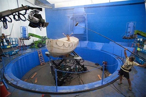 Trong Life of Pi, diễn viên Suraj Sharma đã diễn trong một chiếc thuyền ở trên không thay vì giữa biển lớn như trong phim.