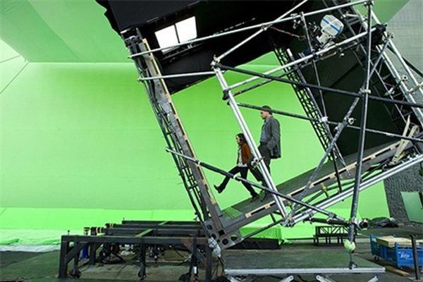 Ellen Page và Leonardo DiCaprio của Inception lạc trong thế giới của những giấc mơ và tấm gương soi thế này đây! Sự kết hợp giữa cỗ máy xoay trục và phông xanh có thể tạo nên mọi thế giới mong muốn.