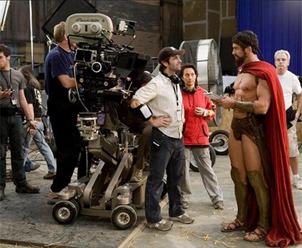 Đạo điễn Zack Snyder quả nhiên bé nhỏ hơi nhiều so với các diễn viên của mình trên trường quay 300.