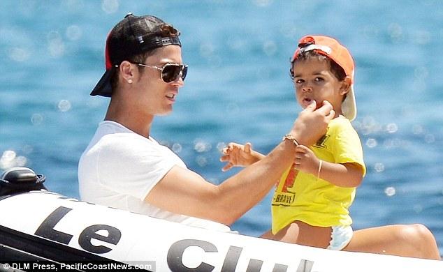 Ronaldo cho biết mẹ của con trai là người Bồ Đào Nha, chứ không phải là người hầu tại Mỹ