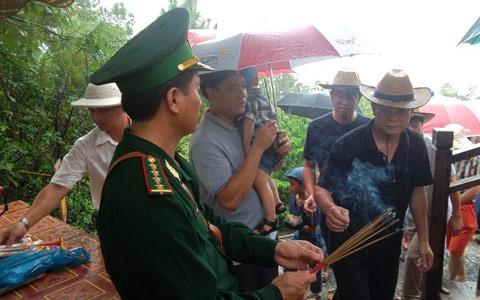 Hàng nghìn người đội mưa viếng mộ Đại tướng dịp Tết Độc lập