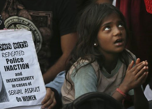 Bị siết cổ rồi đem chôn, bé gái 7 tuổi vẫn sống sót kỳ diệu