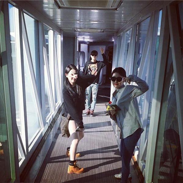 Seulong nhí nhảnh tạo dáng trên khoang máy bay chuẩn bị lên đường tham dự JYP Nation ở Nhật