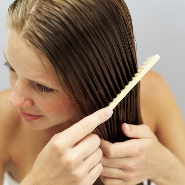 Chải đầu sao cho tóc bóng mượt.