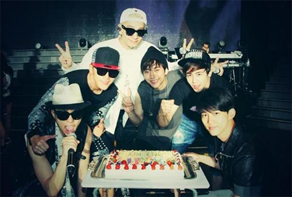 Junho khoe hình 2PM ăn mừng sinh nhật 6 năm