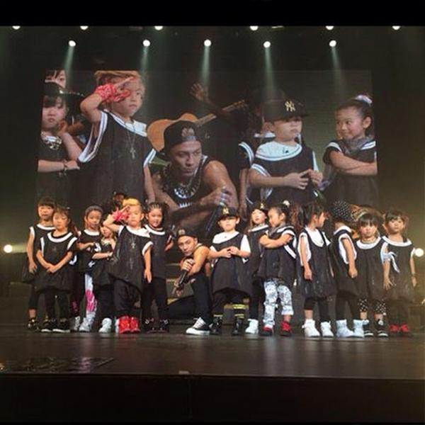 """Taeyang khoe hình chụp cùng dàn vũ công nhí cực đáng yêu với nội dung: """"Khách mời đặc biệt của đêm nay. Ringa Linga tí hon"""""""
