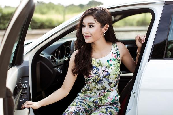 Trong bộ ảnh mới, người mẫu thu hút với bộ jumpsuit họa tiết hoa lá sặc sỡ.