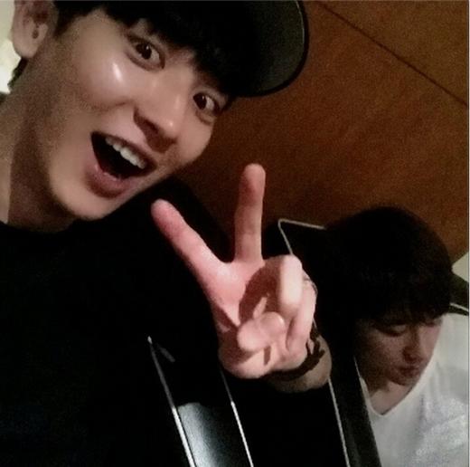 """Chanyeol nhí nhố tạo dáng bên D.O với nội dung: """"Chụp ảnh với diễn viên màn ảnh"""""""