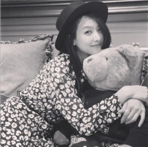 Victoria khiến fan ngất ngây khi khoe hình ôm chú gấu cực đáng yêu