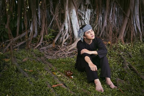 Được biết Khắc Minh đến với nghệ thuật đầu tiên là người mẫu ảnh nên việc thích được tạo hình hay sở hữu khả năng biến hóa là điều sẵn có.
