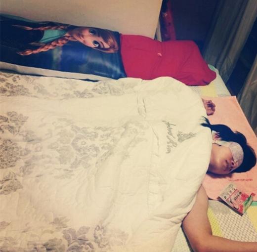 """Heechul khoe hình nằm """"phơi"""" mình trên giường và chúc các fan ngủ ngon"""