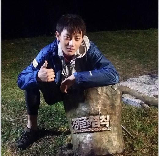 """Tao không quên gửi tặng hình cho các fan nhân dịp lễ Chuseok với lời nhắn: """"Người rừng Tao. Quà Chuseok cho mọi người nè"""""""