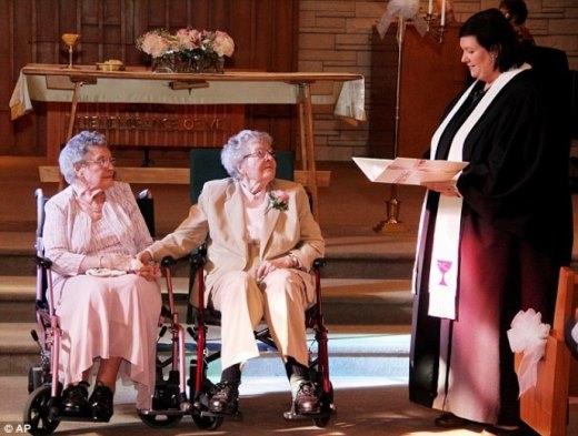 Lễ kết hôn đặc biệt của hai cụ bà 90 tuổi