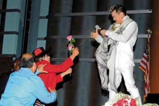 Sao Việt bị fan chơi xấu khi đang biểu diễn