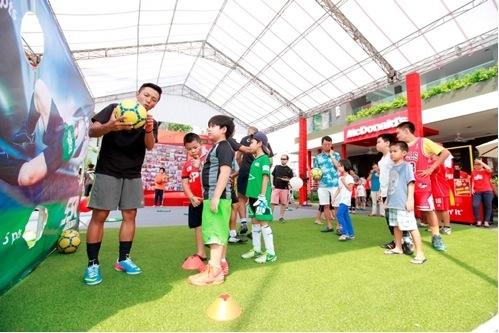Các khách hàng nhỏ tuổi được các huấn luyện viên của Saigon Sport Academy hướng dẫn kỹ năng chơi bóng