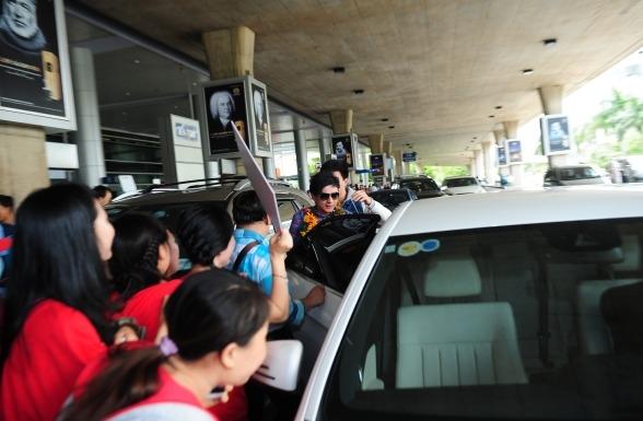 Sau khi gặp gỡ các fan, Đan Trường nhanh chóng lên xe để trở về nhà nghỉ ngơi. Được biết, nam ca sĩ đang ấp ủ dự định thực hiện một MV về dân ca và thực hiện phóng sự mang tên Ký sự miền Tây - Anh Ba Khía - Tin sao Viet - Tin tuc sao Viet - Scandal sao Viet - Tin tuc cua Sao - Tin cua Sao