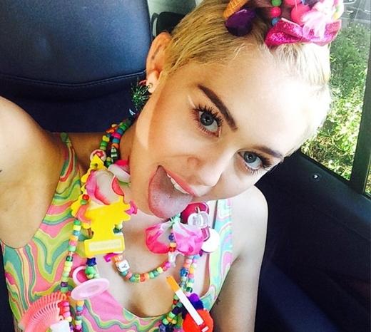 """Miley Cyrus đã khiến cho khán giả phải thán phục vì sự """"màu mè"""" của cô."""