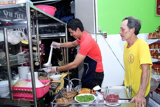 """Chia sẻ về điều này, Bình Minh tiết lộ, dù là người gốc Bắc nhưng những năm đầu tiên vào Sài Gòn lập nghiệp, khi cuộc sống còn nhiều chật vật và khó khăn, anh chàng đã là """"fan ruột"""" của món ăn rất Nam bộ này."""