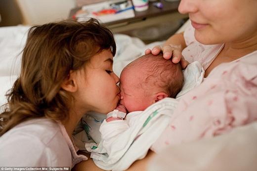 Nụ hôn đầu tiên của chị gái dành cho em mình