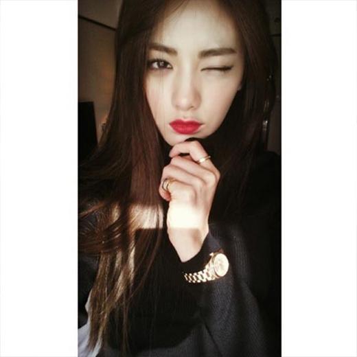 Nana khoe hình quyến rũ với môi đỏ và chiếc áo màu đen