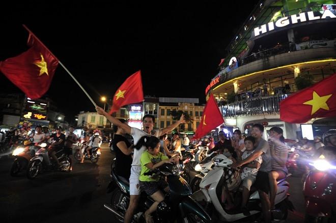 Những hình ảnh CĐV đổ ra đường ăn mừng chiến thắng của U19 Việt Nam