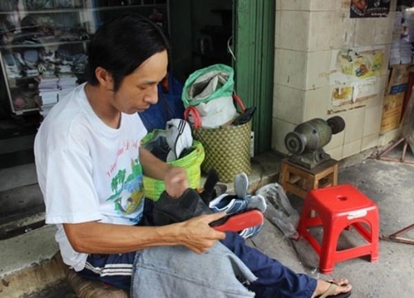 Một ngày thu nhập từ việc sửa giày, dép cũng không được bao nhưng anh Bình vẫn sẵn lòng, vui vẻ sửa giày, dép miễn phí cho người nghèo.