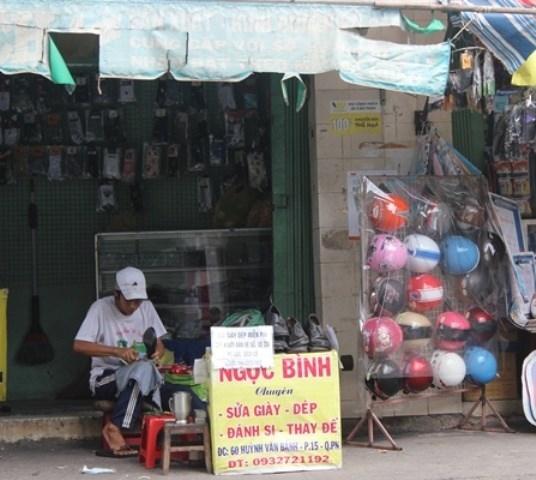 Ở góc nhỏ đường Huỳnh Văn Bánh, quận Phú Nhuận, TP.HCM hằng ngày người qua đường vẫn thấy việc làm cao đẹp của một người đàn ông ngồi sửa giày dép miễn phí cho người nghèo.