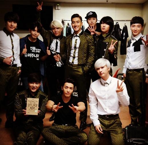 Heechul khoe hình Super Junior cực bảnh trai trong hậu trường bằng chiếc cup no.1