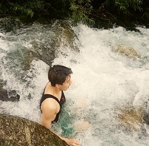 Sehun khoe hình tắm suối với nội dung: Ôi lạnh quá