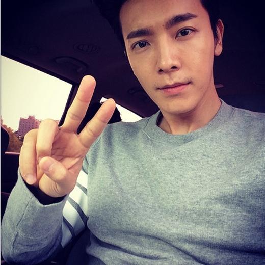 Donghae khoe hình bảnh trai đang trên đường đến tham gia sân khấu Inkygayo
