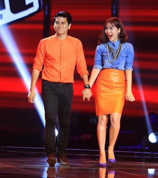 Vợ chồng Hồ Hoài Anh- Lưu Hương Giang tay trong tay trong sự chào đón của quý vị khán giả.