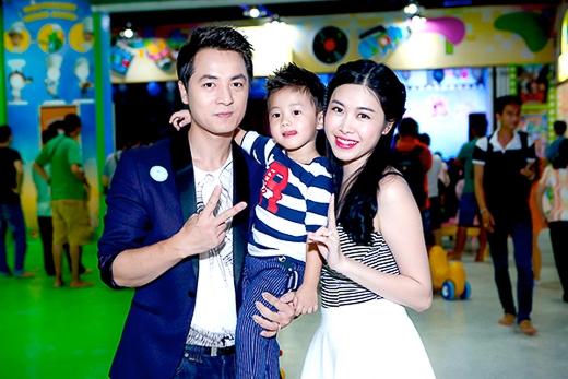 Gia đình Đăng Khôi lần đầu tiên xuất hiện công khai cả nhà cùng cậu con trai xinh xắn. Bé Ken được bố mẹ cho diện trang phục sành điệu.