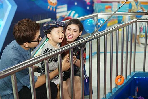 Vợ chồng Tim với Trương Quỳnh Anh cũng dành thời gian đưa con trai Sushi đi chơi.