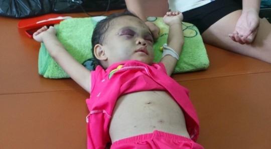 Vụ bạo hành bé 4 tuổi: Hàng xóm từng quỳ xin nhưng vô ích