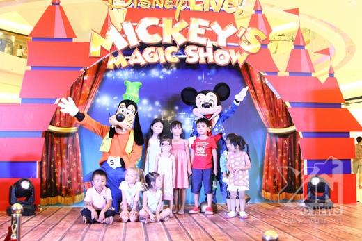 Hàng trăm fan nhí thích thú khi được gặp Mickey và Goofy