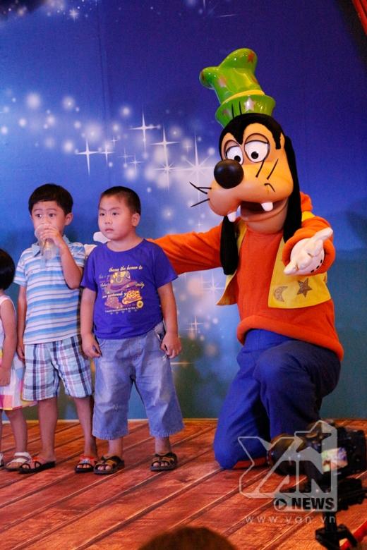 Bạch Tuyết và 7 chú lùn bất ngờ hội ngộ chuột Mickey tại Việt Nam